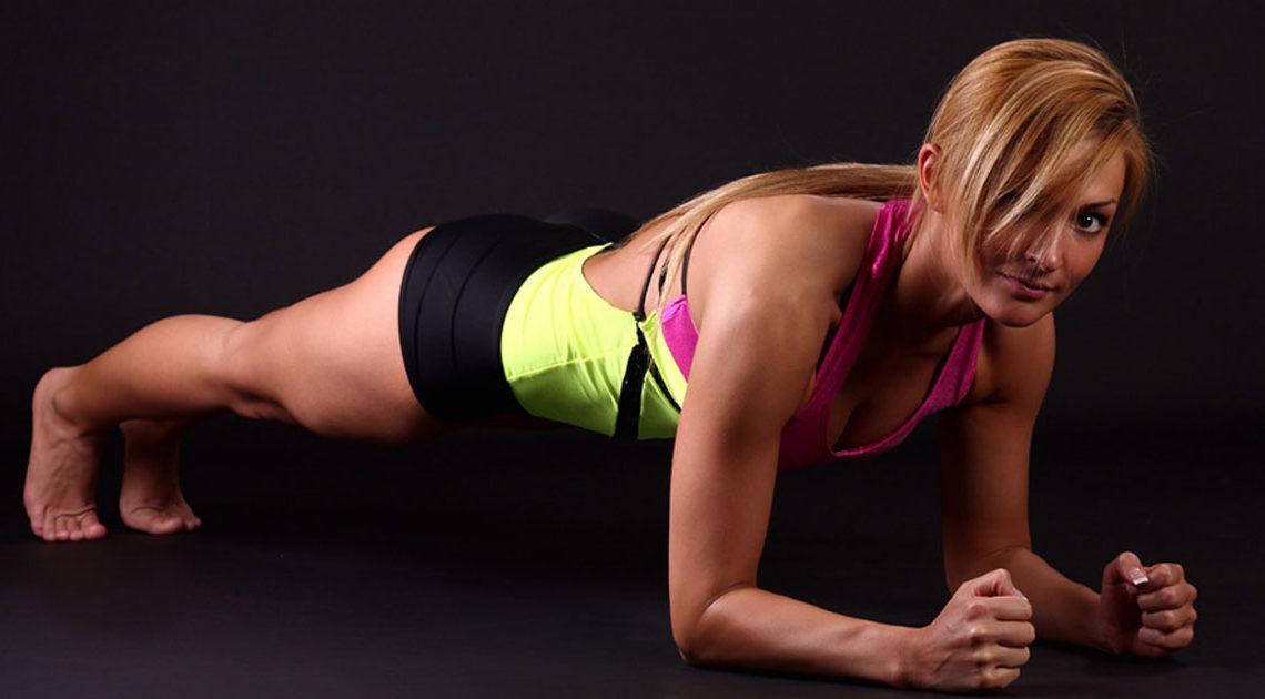 Самое универсальное упражнение для всего тела — планка. Нужно заниматься всего пару минут в день
